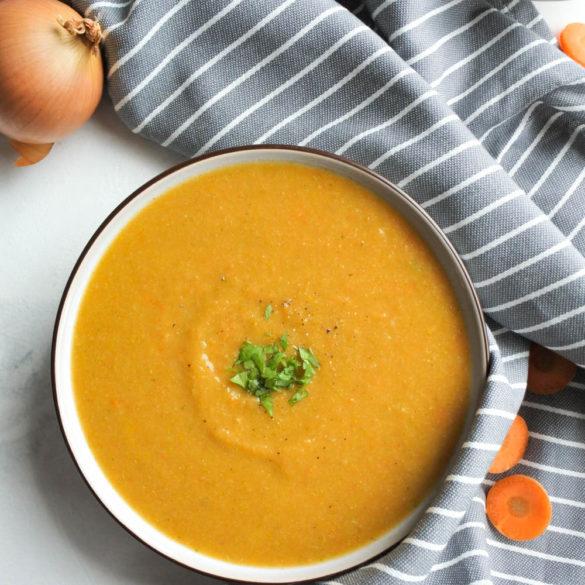 Lekker als lunch, of als ontbijt. Deze wortel en broccoli soep is helemaal glutenvrij! (AIP, Paleo, Lactosevrij, Glutenvrij, Whole30)