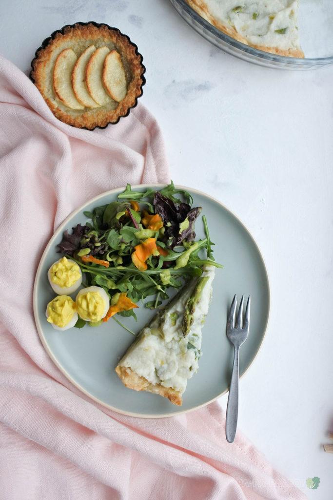 Ook zin om iets leuks te doen met Pasen? Maar wel gezond? Probeer dan dit Paasontbijt, met salade, quiche, taartjes en gevulde radijsjes (AIP, Paleo, Glutenvrij, Lactosevrij, Vegan)